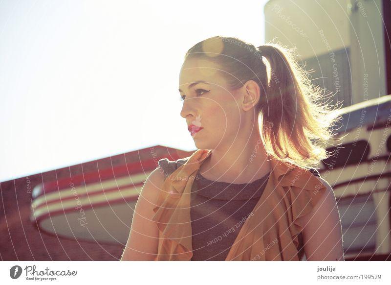 Kosmetikmesse Stil schön Haare & Frisuren Mensch feminin Junge Frau Jugendliche Erwachsene Lippen 1 18-30 Jahre Fassade Mode Kleid brünett dünn natürlich