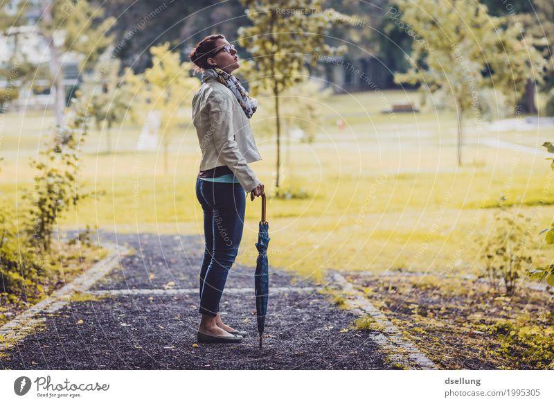 herbstspaziergang. Mensch Ferien & Urlaub & Reisen Jugendliche Junge Frau schön Erholung ruhig 18-30 Jahre Erwachsene Lifestyle Herbst Frühling feminin Stil