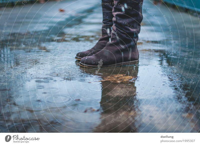 im regen stehen. blau Stadt Einsamkeit Winter dunkel kalt Herbst feminin grau braun Stimmung springen Regen trist Schuhe