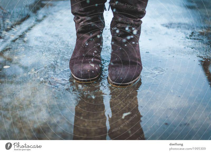 . Mensch Jugendliche Junge Frau blau Stadt Freude Winter dunkel 18-30 Jahre Erwachsene Lifestyle kalt Herbst feminin Fuß grau