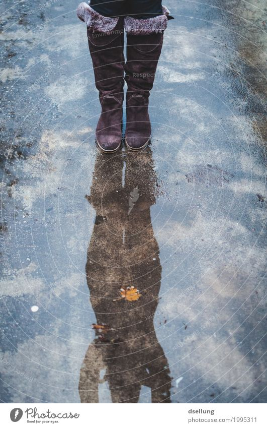 . Freude feminin Junge Frau Jugendliche Erwachsene 1 Mensch 18-30 Jahre Herbst Winter schlechtes Wetter Regen Fell Stiefel springen stehen sportlich dunkel