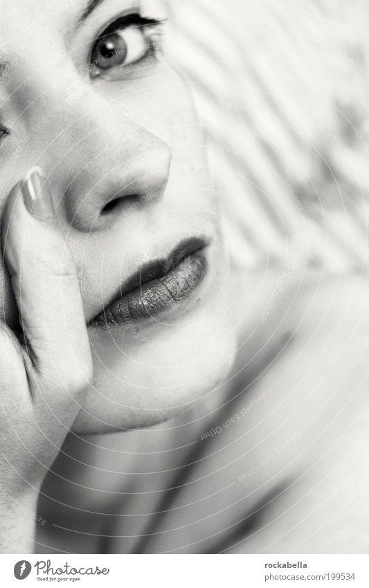 100 mal feuer. feminin Junge Frau Jugendliche beobachten Denken Blick träumen ästhetisch außergewöhnlich dünn elegant einzigartig kalt schön selbstbewußt