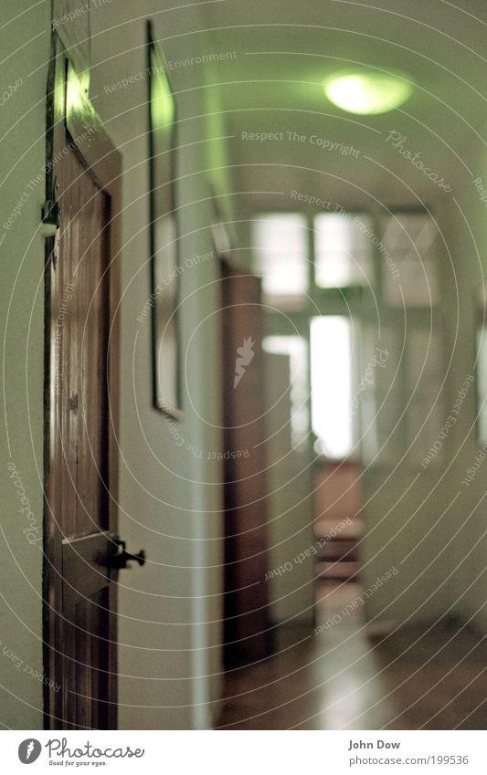 Schwellenraum II alt Einsamkeit Raum Wohnung Tür retro offen Häusliches Leben historisch Flur Griff Gang Durchgang Altbau aufmachen