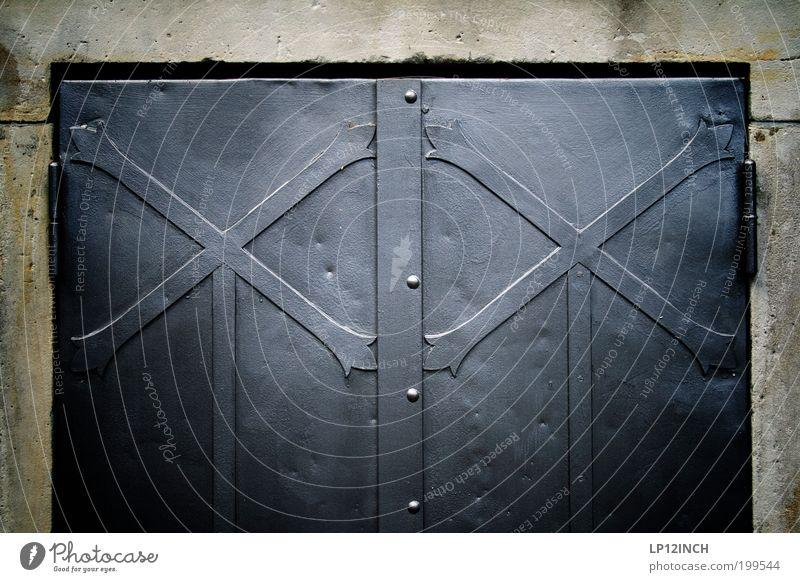Chromosomenpaar XX Tür geschlossen paarweise Kirche geheimnisvoll Zeichen Burg oder Schloss Tor dick Stahl Kreuz historisch Ornament Friedhof massiv