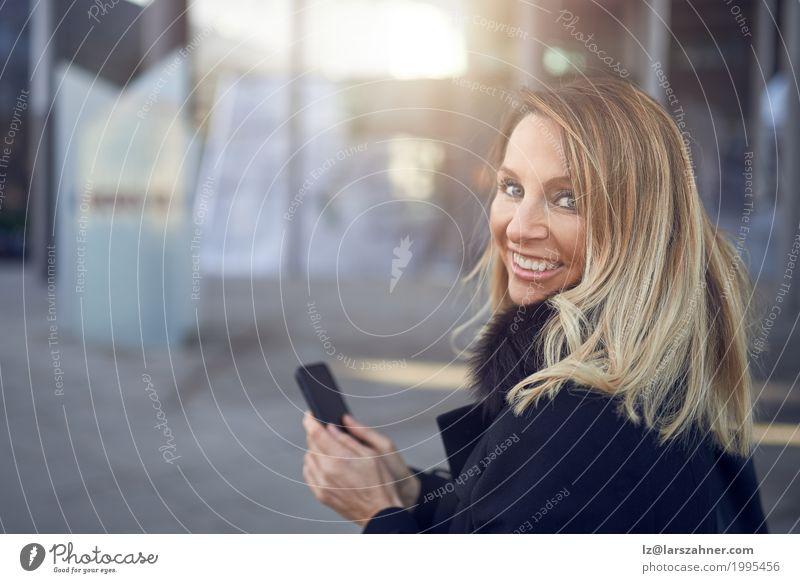 Mensch Frau Stadt Gesicht Erwachsene Straße natürlich Glück Business Textfreiraum blond Lächeln Freundlichkeit Telefon selbstbewußt PDA