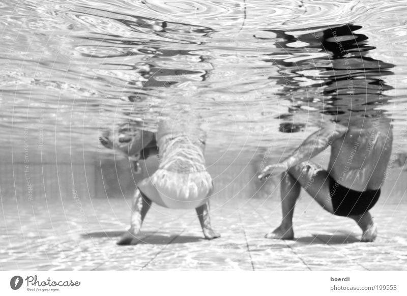 eBbe Schwimmen & Baden Ferien & Urlaub & Reisen Tourismus Schwimmbad maskulin feminin Eltern Erwachsene 2 Mensch Wasser gehen hocken nass Bewegung bizarr