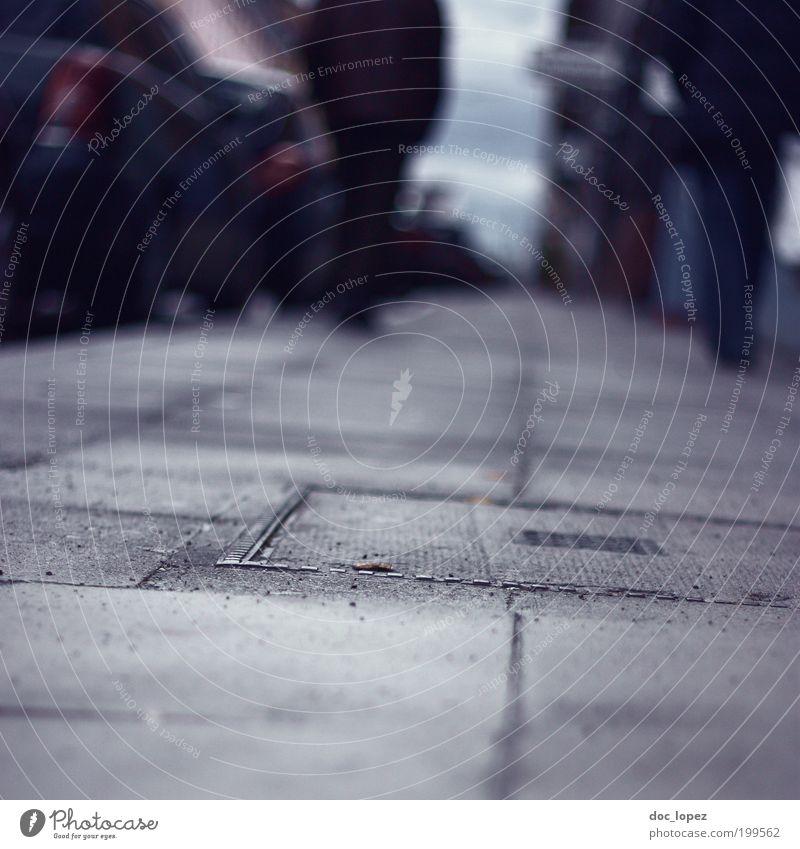 pavement shot Stadt Einsamkeit Straße dunkel Gefühle grau gehen bedrohlich Wege & Pfade Sorge Fußgänger Personenverkehr Frustration Erschöpfung Zukunftsangst