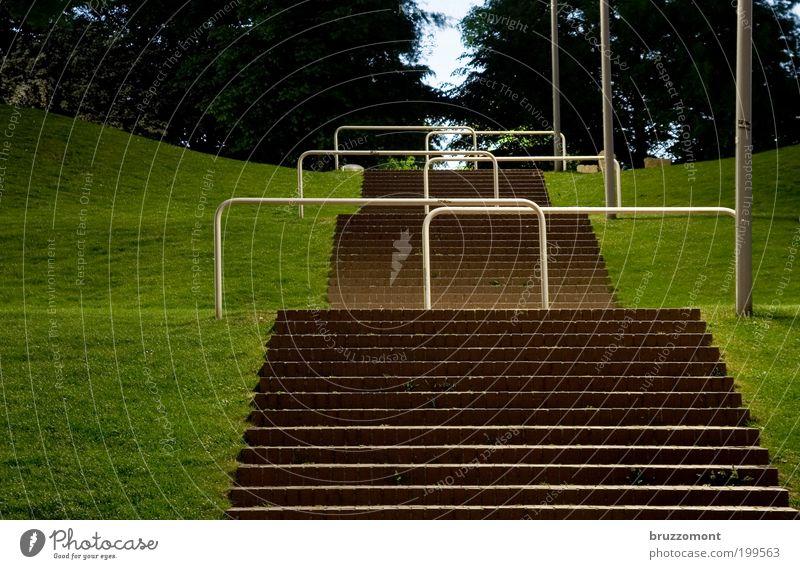 Im Park Treppe aufsteigen Barriere Stadt Langzeitbelichtung Schranke Grenze Menschenleer Karriere Wiese Gras grün Hügel Reihe Hürde