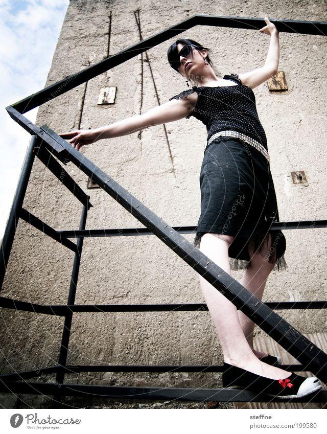 Das Modell Mensch Jugendliche schön schwarz feminin Wand Mauer Metall Erwachsene elegant Fassade Model Sonnenbrille Gleichgewicht zierlich Brille