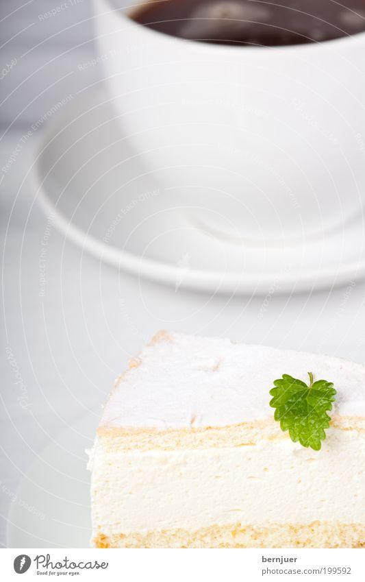 Sahneschnitte weiß Blatt Ernährung frisch Kaffee süß Dekoration & Verzierung Kuchen lecker Tasse Teller Backwaren Torte Dessert Geschirr