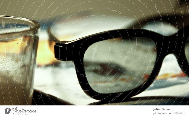 Arbeitsplatz Büroarbeit Glas Arbeit & Erwerbstätigkeit Farbfoto Innenaufnahme Nahaufnahme Detailaufnahme Menschenleer Kunstlicht Schwache Tiefenschärfe Brille