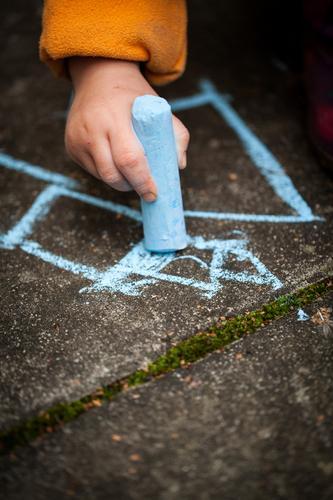 Malen III Mensch Kind Farbe Hand Freude Mädchen Spielen Kindheit Kreativität lernen malen Bildung zeichnen Kleinkind Kindergarten Kreide