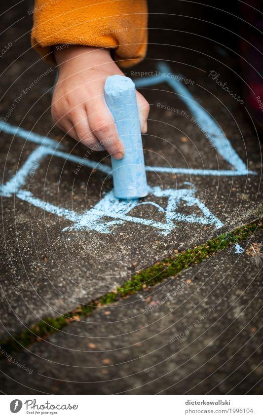 Malen III Spielen Kindererziehung Bildung Kindergarten lernen Mensch Kleinkind Mädchen Hand 3-8 Jahre Kindheit zeichnen Kreativität Freude malen Farbe Kreide