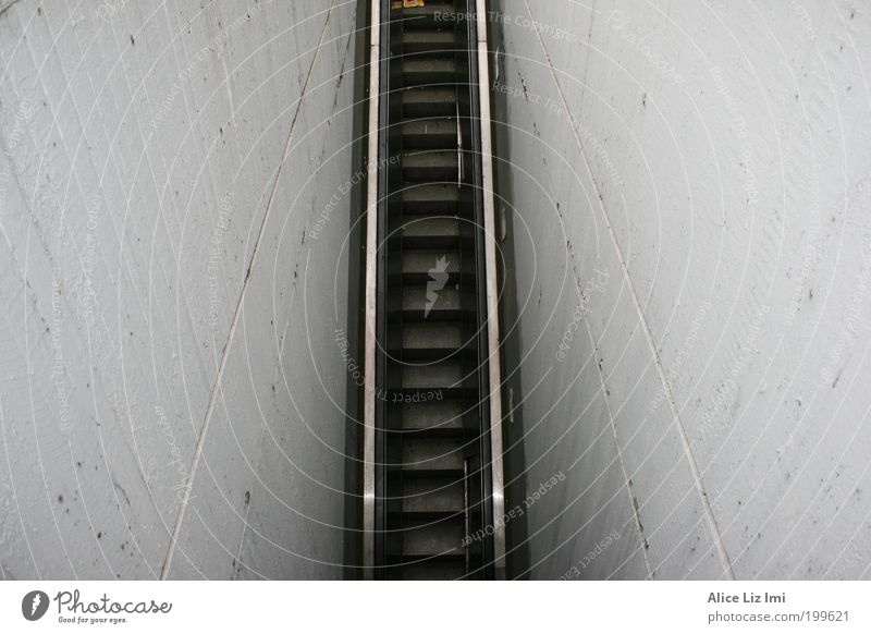 roll treppe schwarz Ferne Wand grau Stein Mauer Beton Treppe Rolltreppe Europa Gebäude Mainz wegweisend