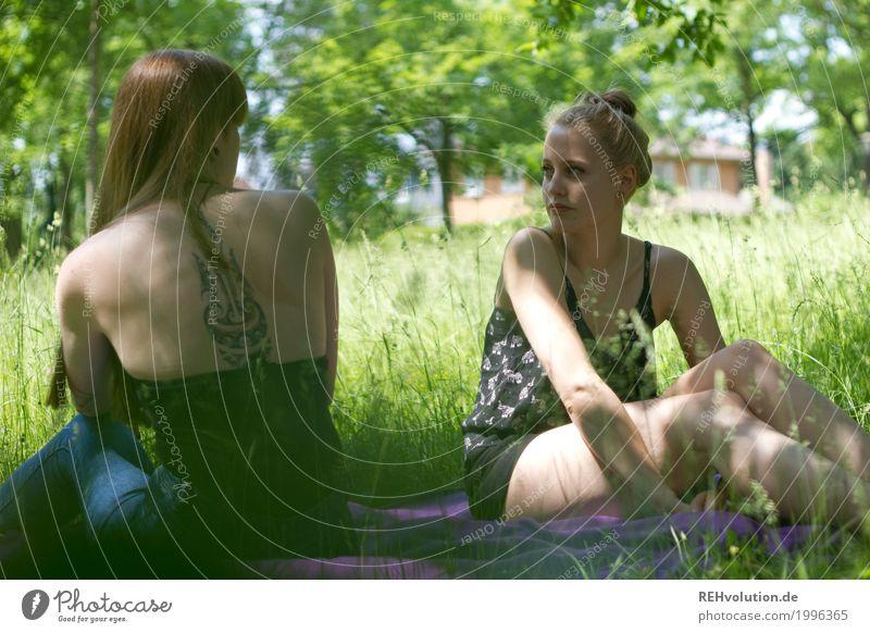 Sommerpicknick Stil Freizeit & Hobby Student feminin Junge Frau Jugendliche Erwachsene Freundschaft 2 Mensch 18-30 Jahre Umwelt Natur Landschaft Gras Garten