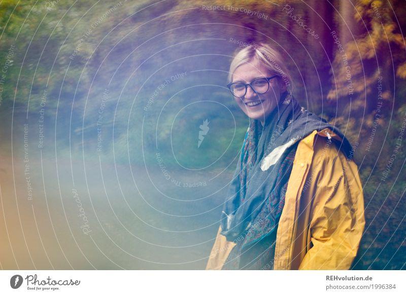 Jule | herbstspaziergang Mensch Natur Jugendliche Junge Frau Freude Wald 18-30 Jahre Gesicht Erwachsene Umwelt gelb Wege & Pfade feminin lachen Glück