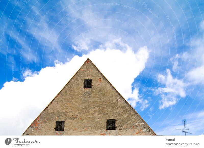 Den Kopf in den Wolken Himmel Sommer Schönes Wetter Wärme Dorf Haus Einfamilienhaus Bauwerk Gebäude Fassade Dachgiebel Fenster Holzfenster Fensterladen
