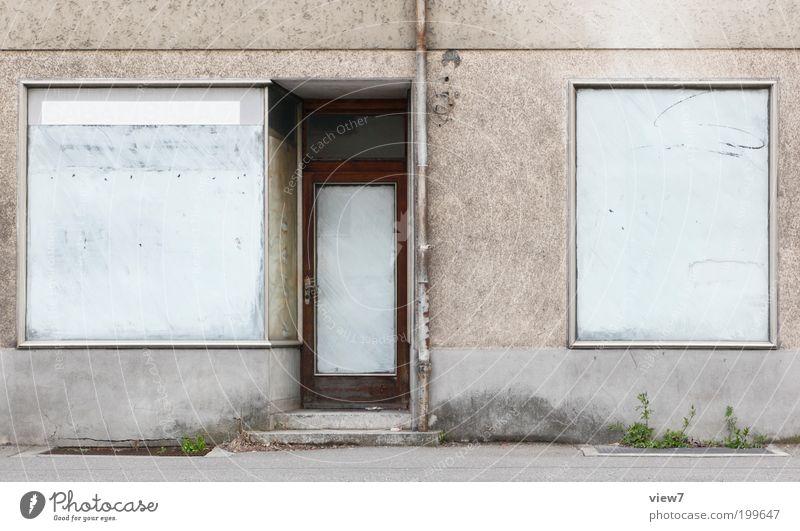 Geschäftsaufgabe alt Haus Ferne Fenster Linie Tür Fassade geschlossen authentisch einfach Wandel & Veränderung Vergänglichkeit Streifen Sehnsucht Ladengeschäft