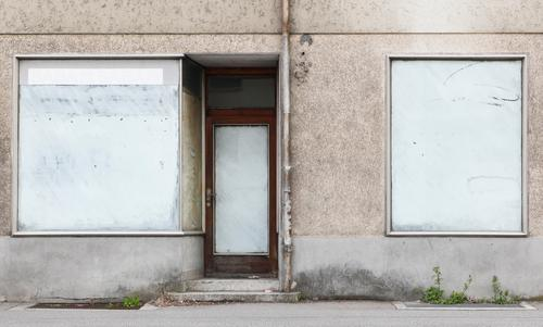Geschäftsaufgabe Handel Haus Fassade Fenster Tür Dachrinne Linie Streifen alt authentisch einfach Sehnsucht Enttäuschung Konkurrenz Misserfolg Ferne