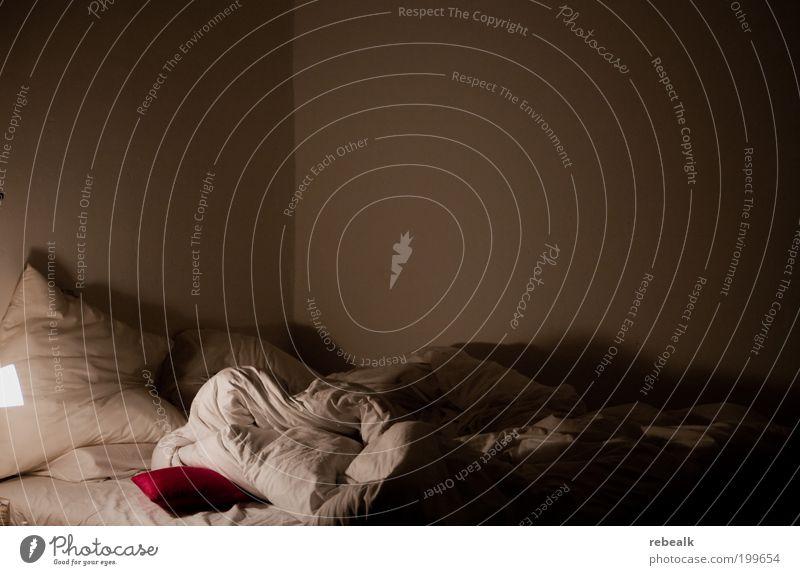 Das rote Kissen weiß Lampe Stimmung leer schlafen Bett Bettwäsche Leidenschaft Partnerschaft Lust Begierde Schlafzimmer Bettdecke Kopfkissen Tabubruch