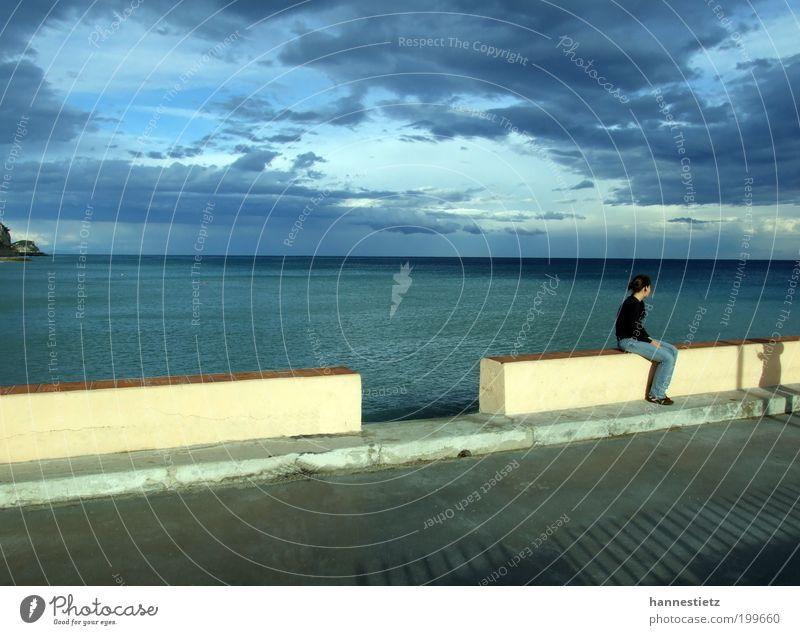 Am Meer Mensch Himmel Jugendliche Wasser blau Ferien & Urlaub & Reisen Sommer Meer Wolken ruhig Erwachsene Erholung Herbst Küste Stimmung Horizont