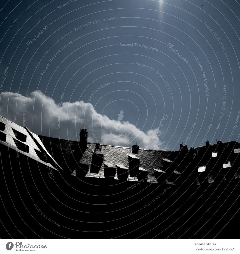 aufm sonnendeck Himmel alt blau Sonne Wolken schwarz Haus Fenster Architektur grau Gebäude glänzend Hoffnung Dach Bauwerk