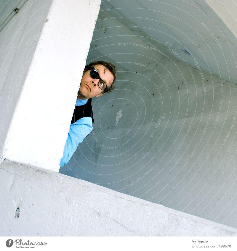 jetzt reichts! Mensch Mann Gesicht Erwachsene maskulin Lifestyle Ecke Brille Neugier beobachten Hemd Porträt verstecken Sonnenbrille Voyeurismus Blick