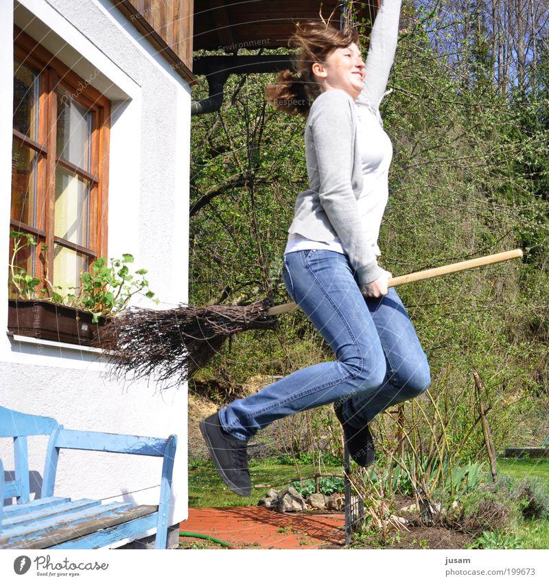 Hexenflug Sommer Garten feminin Junge Frau Jugendliche Erwachsene 1 Mensch 18-30 Jahre Schönes Wetter T-Shirt Jeanshose rothaarig langhaarig Bewegung Lächeln