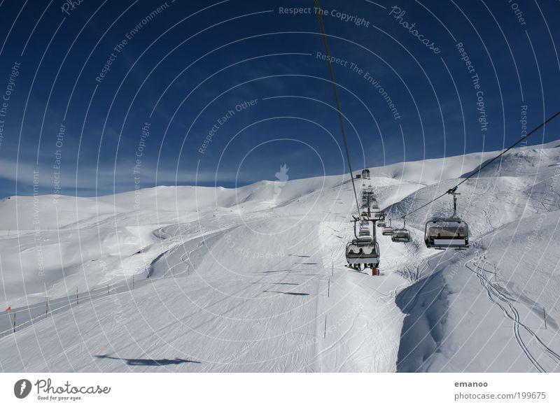 blauweiss Natur weiß Sonne blau Freude Winter Ferien & Urlaub & Reisen Sport kalt Schnee Berge u. Gebirge Bewegung Seil sitzen Skifahren fahren