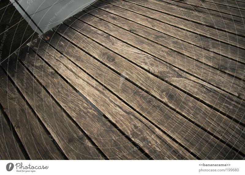 Steg Holz Wasser braun Holzbrett Brücke Strukturen & Formen Bodenbelag Linie Farbfoto Menschenleer Weitwinkel Terrasse