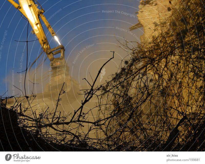 Bagger statt Birne blau Haus gelb Wand Stein Mauer Vergänglichkeit Umzug (Wohnungswechsel) Denkmal Rauch Verfall Zerstörung Aggression Staub Demontage Sanieren