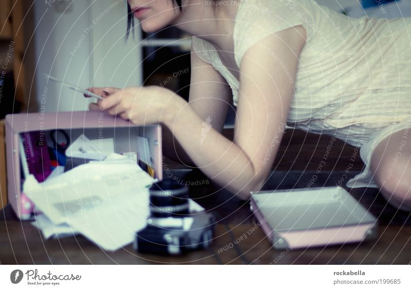 Frau liest ein Brief Freizeit & Hobby feminin Junge Frau Jugendliche Jugendkultur beobachten liegen ästhetisch einzigartig Gefühle Stimmung Zufriedenheit