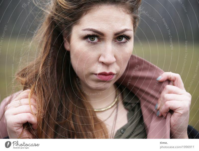 Anne feminin Frau Erwachsene 1 Mensch Wiese Wald Hemd Jacke Schmuck brünett langhaarig beobachten Denken festhalten Blick warten schön wild Gefühle selbstbewußt