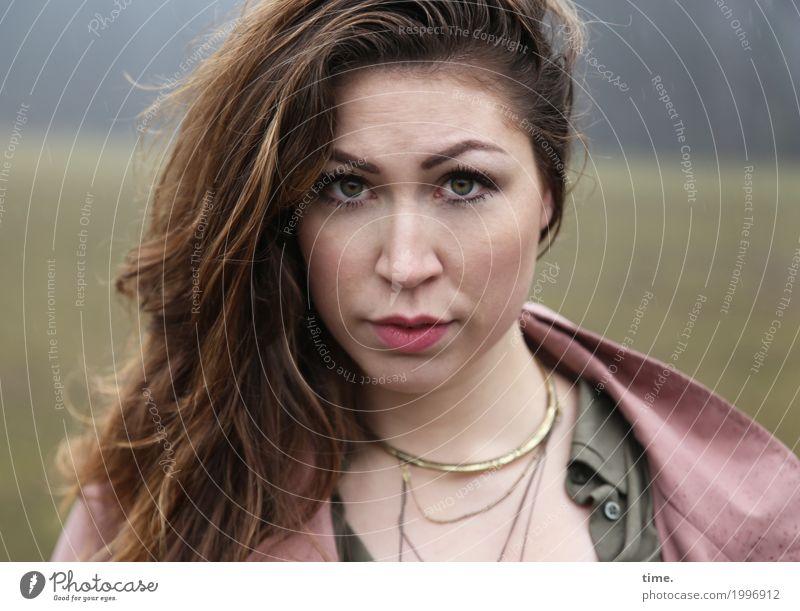 Anne feminin Frau Erwachsene 1 Mensch Park Wald Hemd Jacke Schmuck Haare & Frisuren brünett langhaarig beobachten Denken Blick warten Freundlichkeit schön