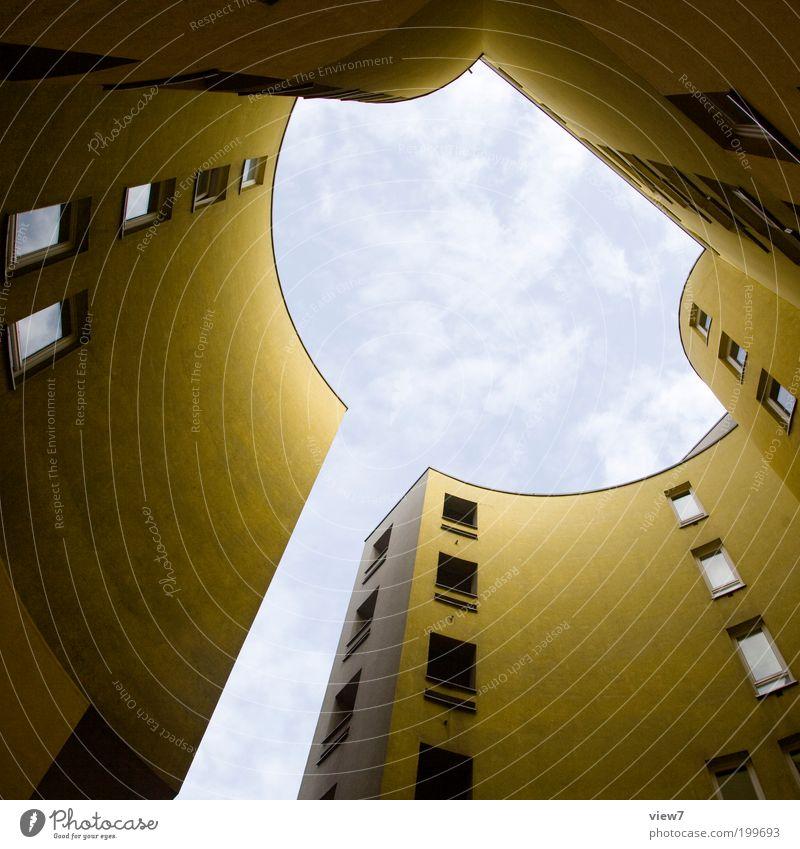 Loch im Himmel Haus Wolken gelb Ferne Wand oben Mauer Architektur Design elegant groß Hochhaus Fassade Perspektive