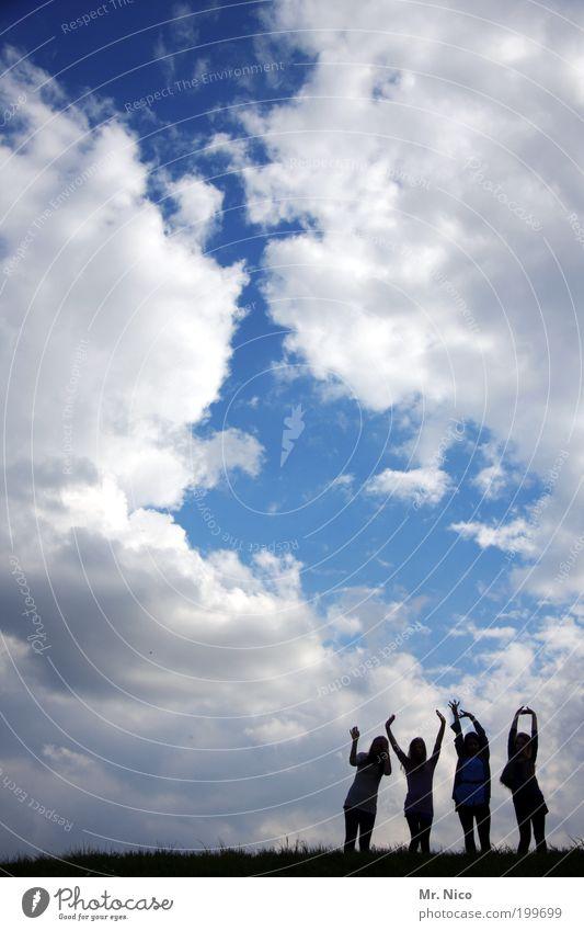 Hände zum Himmel Mensch Himmel Hand Sommer Freude Wolken Umwelt Freiheit Glück Freundschaft Wetter Arme Klima stehen Körperhaltung Hügel