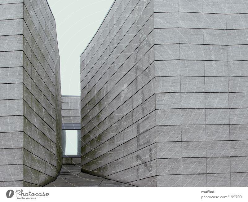 Viva España! Design Tourismus Ausstellung Menschenleer Haus Bauwerk Gebäude Architektur Fassade Sehenswürdigkeit Holz Schriftzeichen grau Verfall
