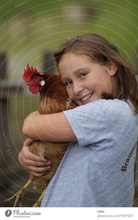 Jasmine mit Henne Kind Tier Glück Vogel Freundschaft Kindheit Flügel berühren Landwirtschaft Haustier Geborgenheit Umarmen Forstwirtschaft Haushuhn Nutztier