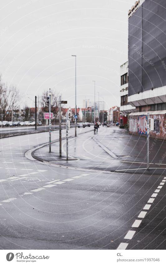 straßenecke in hannover Himmel Stadt Haus Straße Wege & Pfade grau Regen Verkehr Hochhaus trist Stadtzentrum Verkehrswege Autofahren Straßenkreuzung Fußgänger Straßenverkehr