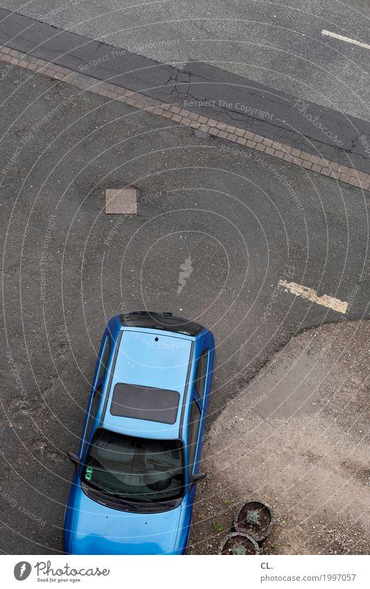 blaues auto Verkehr Verkehrsmittel Verkehrswege Straßenverkehr Autofahren Wege & Pfade Fahrzeug PKW parken Parkplatz Parkplatzsuche Farbfoto Außenaufnahme