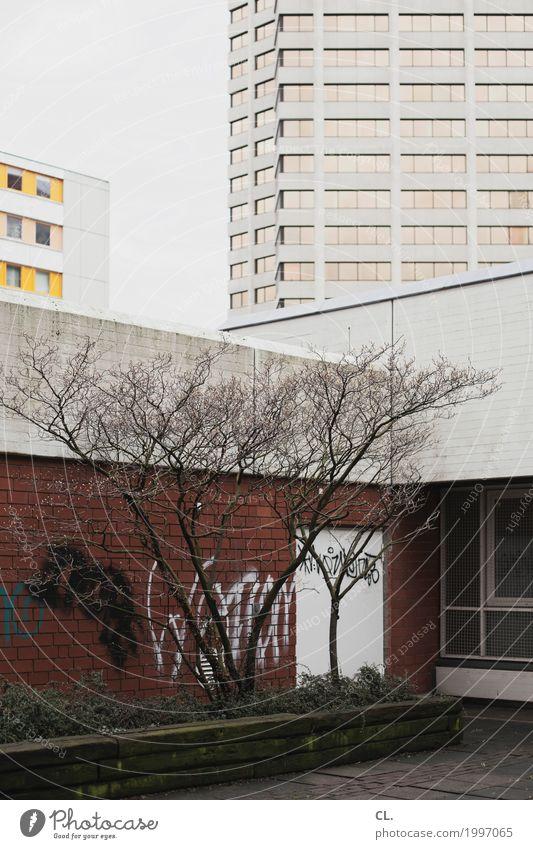irgendwo in hannover Baum Hannover Stadt Stadtzentrum Hochhaus Platz Gebäude Architektur Mauer Wand Fassade trist komplex Farbfoto Außenaufnahme Menschenleer