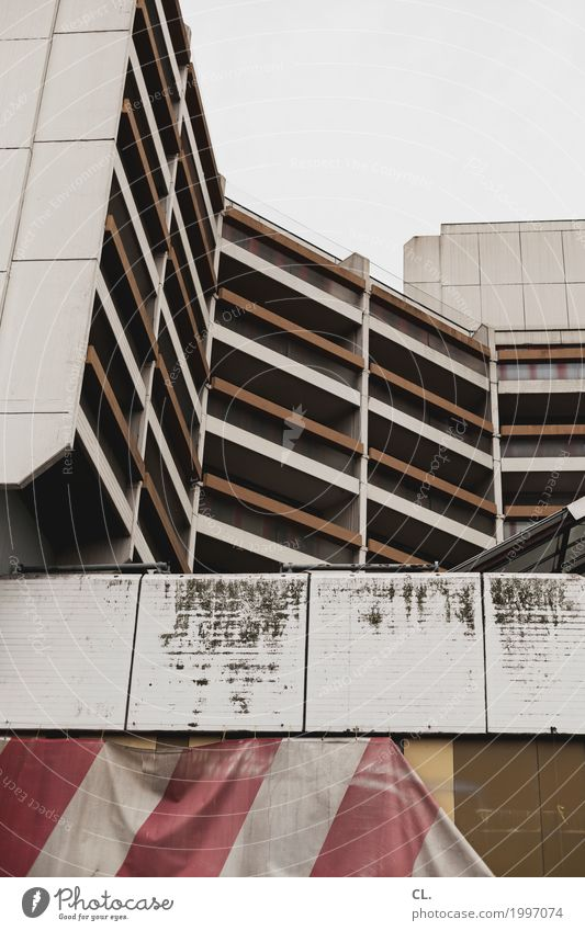 baustelle Himmel Stadt Architektur Wand Gebäude Mauer grau braun Fassade dreckig Hochhaus trist Baustelle Balkon Stadtzentrum Verfall