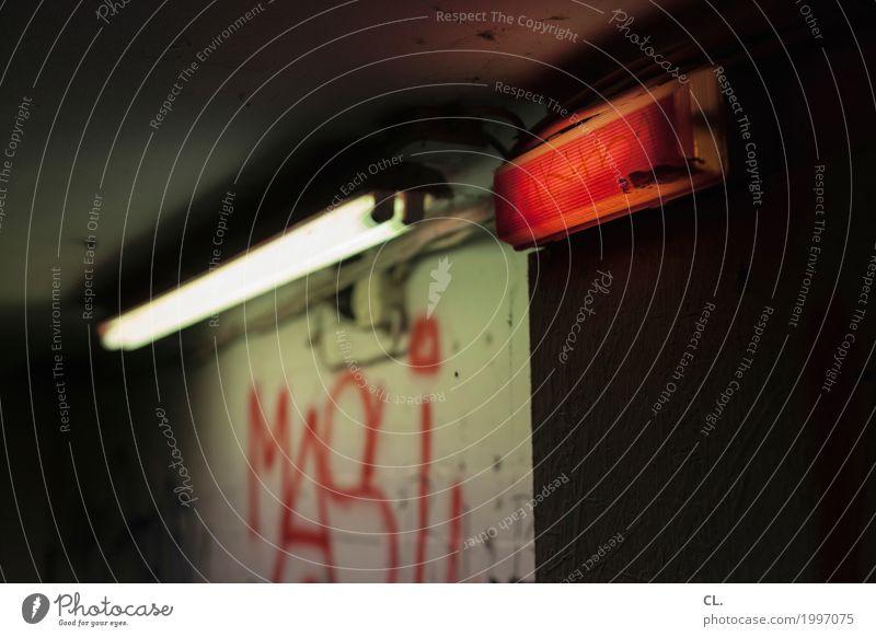 neon Keller Ruine Mauer Wand bedrohlich dreckig dunkel gruselig rot Angst Platzangst gefährlich Verbote Neonlicht Neonlampe Licht Farbfoto Innenaufnahme