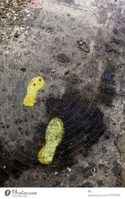 spuren Verkehr Verkehrswege Fußgänger Straße Wege & Pfade Fußspur gehen dreckig gelb Beginn Bewegung Farbe Perspektive Vergänglichkeit Ziel Abdruck Spuren