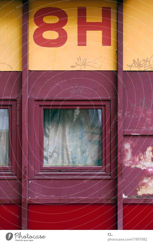 8H Haus Gebäude Mauer Wand Fenster Schriftzeichen Ziffern & Zahlen dreckig trist gelb rot Verfall Hausnummer anonym Sichtschutz Farbfoto Außenaufnahme