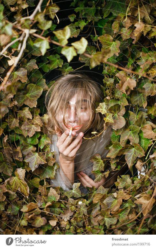 raucherhaut maskulin Junger Mann Jugendliche Maske langhaarig Ekel hässlich trashig verrückt Genusssucht Tabakwaren Rauchen bizarr skurril Verfall Kunststoff