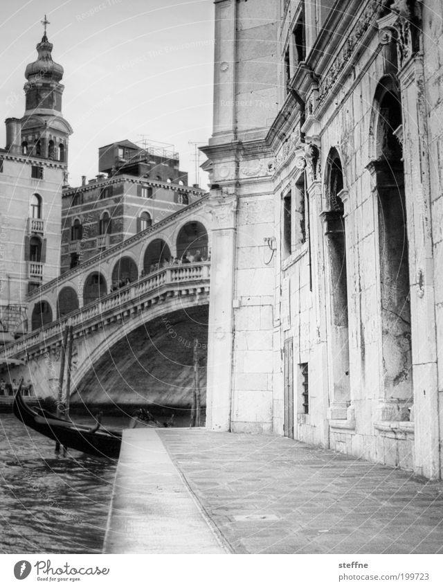 Rialto Stadt Ferien & Urlaub & Reisen Gebäude Architektur Kirche Italien Schwarzweißfoto Wahrzeichen Venedig Sehenswürdigkeit Altstadt Gondel (Boot) Wasserfahrzeug prächtig majestätisch Hafenstadt