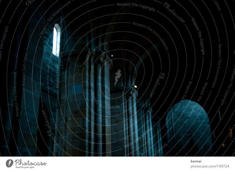 Spärlicher Fensterbau alt blau dunkel kalt Fenster Wand Architektur Religion & Glaube Gebäude Mauer Fassade Hoffnung Kirche leuchten Bauwerk