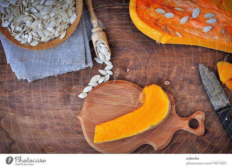 Stück frische Kürbis- und Kürbiskerne weiß Essen gelb Holz Lebensmittel braun oben Ernährung Aussicht Tisch Kräuter & Gewürze Küche Gemüse Bioprodukte Dessert