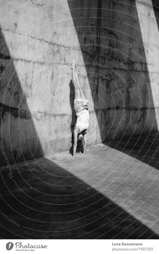 Frau macht sommerlichen Handstand Mensch Jugendliche Sommer Junge Frau Sonne Erholung Erwachsene Wand feminin Spielen Mauer Körper Kraft Tanzen Lebensfreude